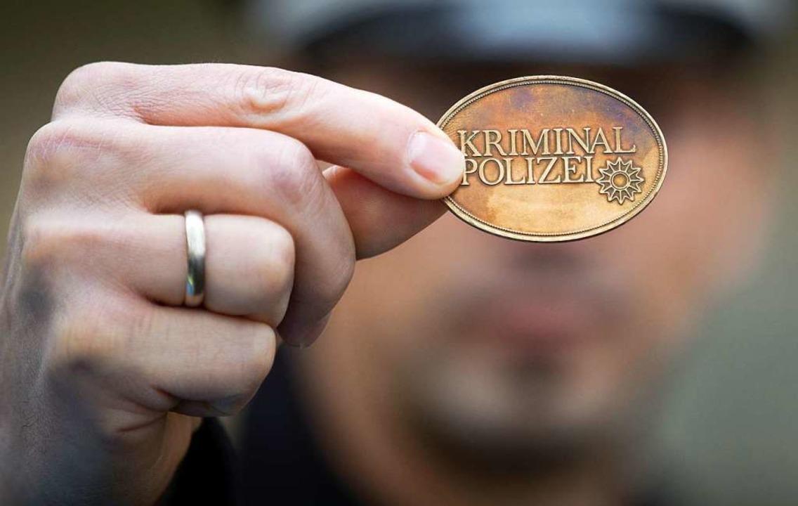 Wenn jemand sagt, er sei Polizist, mus...lerorts sind Betrügerbanden unterwegs.  | Foto: Friso Gentsch (dpa)