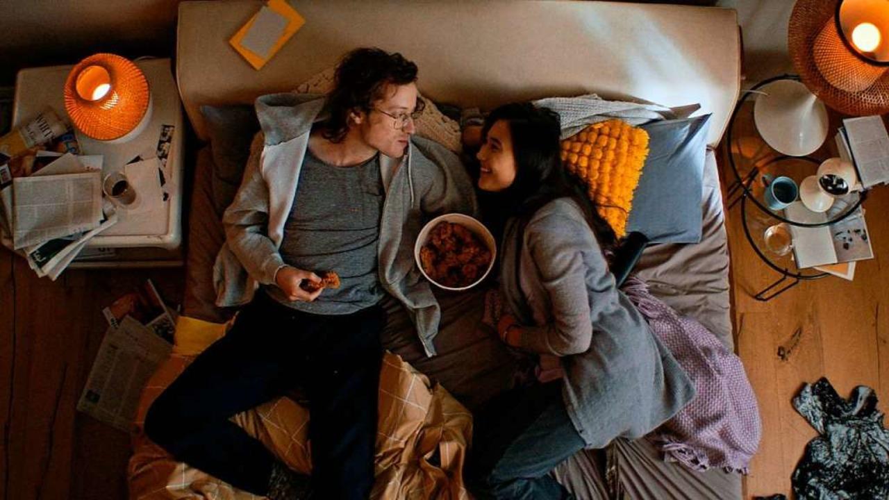 Ein Paar liegt faul im Bett und und is...stuer auf der Couch zu Helden erklärt.  | Foto: - (dpa)