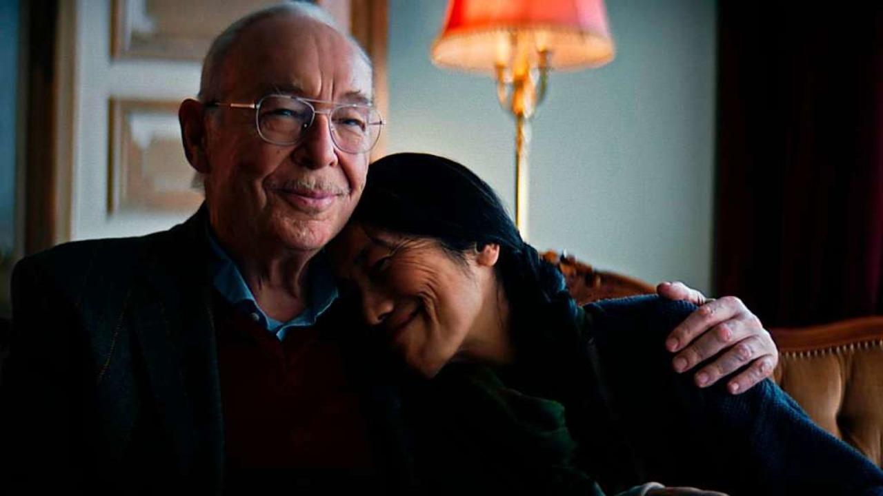 Ein Paar sitzt in einer fiktiven Zukun...fa und erinnert sich an das Jahr 2020.  | Foto: - (dpa)