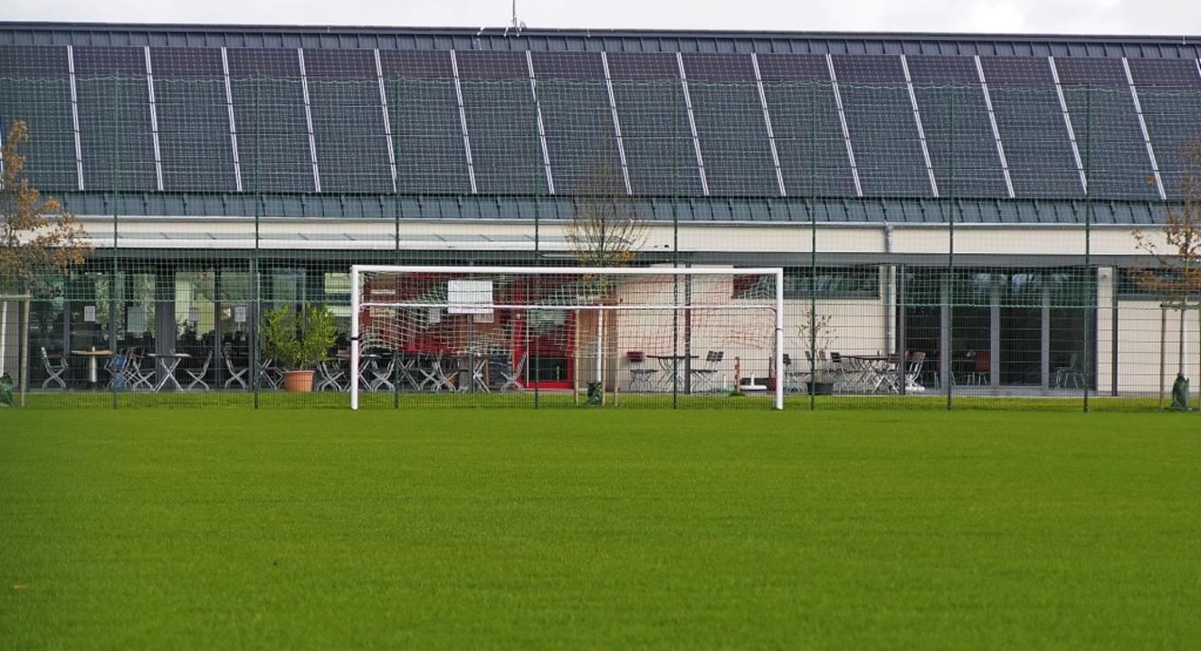 Das neue Rasenspielfeld des TuS Binzen...ntensiv genutzt werden kann es nicht.     Foto: Herbert Frey