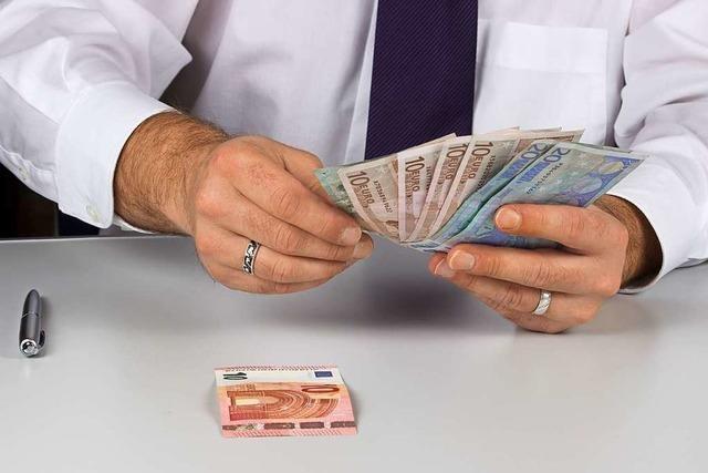 Falscher Geschäftsmann hebt in zwei Freiburger Banken 160 000 Euro ab