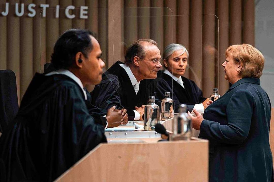 "Frau Dr. Angela Merkel (Martina Eitner... des Justizdramas ""Ökozid""  | Foto: Julia Terjung (dpa)"