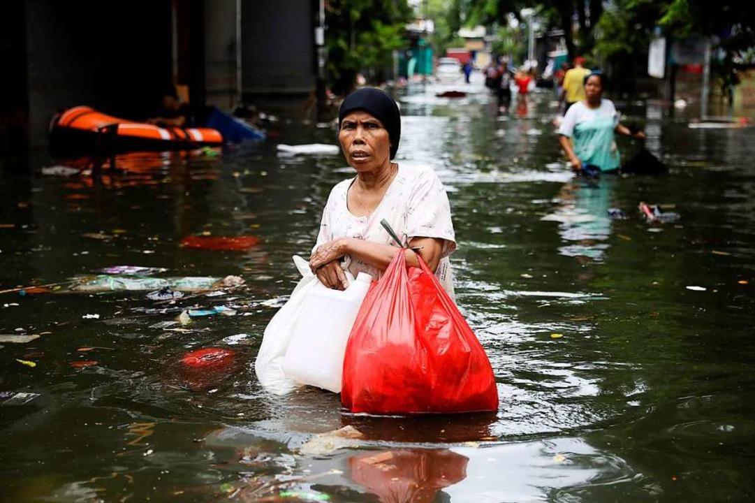 Anfang Januar im indonesischen Jakarta... Großraums rund um die Millionenstadt.  | Foto: Dita Alangkara (dpa)