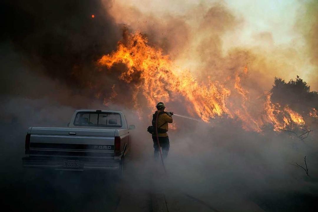 Ende Oktober in Irvine, Kalifornien: E... beim Silverado Fire im Einsatz. Kalif  | Foto: Jae C. Hong (dpa)