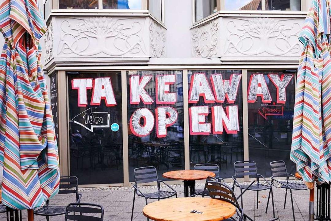 Seit zwei Wochen dürfen Restaurants im...nur noch Essen zum Mitnehmen anbieten.  | Foto: Annette Riedl (dpa)