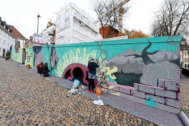 Künstlerinnen und Künstler verwandeln Bauzaun am Augustinerplatz in ein Kunstwerk