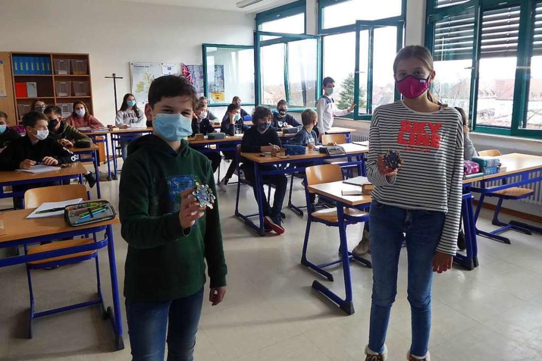 Emil und Lina in der Klasse 7b mit zwe...d der Coronapandemie das Signal geben.  | Foto: Manfred Frietsch