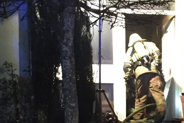 Flur eines Wohnhauses in Flammen – Auslöser wohl Akkus