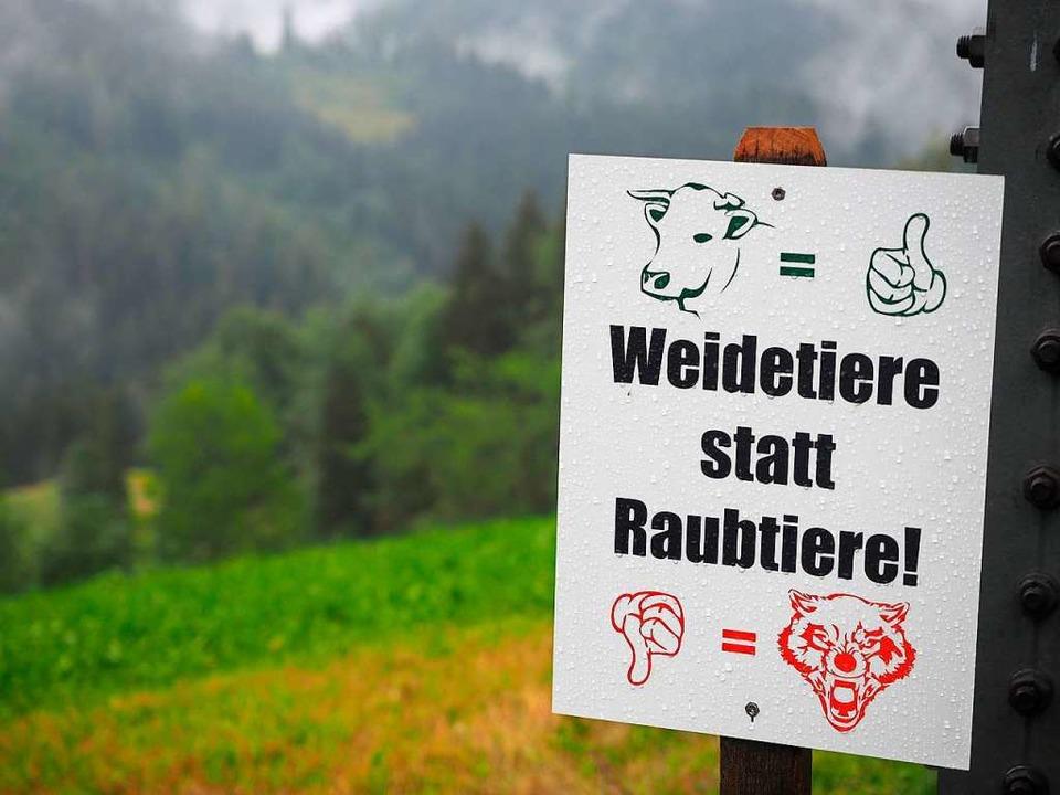 An vielen Weiden im Hochschwarzwald haben Landwirte diese Schilder angebracht.   | Foto: Susanne Gilg