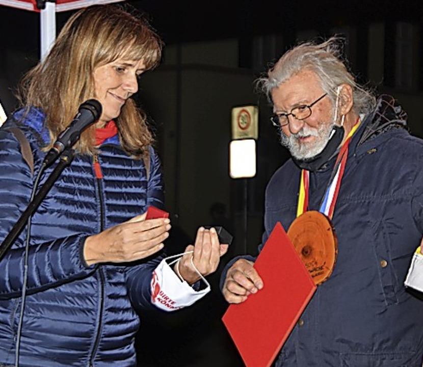Kreisvorsitzende  Birte Könnecke überreichte Gustav Rosa die SPD-Ehrenmedaille.  | Foto: Hans-Jochen Voigt