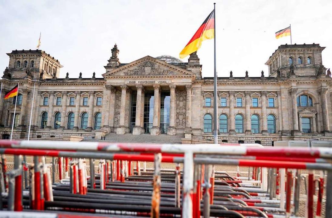 Absperrgitter stehen  vor dem Reichsta...egen das Infektionsschutzgesetz statt.    Foto: Kay Nietfeld (dpa)