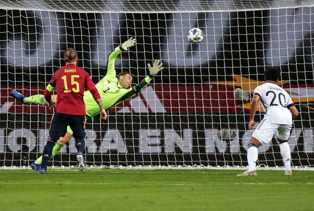 Deutschlands Torhüter Manuel Neuer kan...rata (nicht im Bild) nicht verhindern.  | Foto: Daniel Gonzales Acuna (dpa)