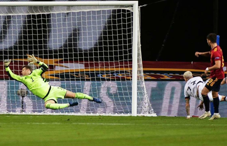 Deutschlands Torhüter Manuel Neuer kan...211; und so ging es im Prinzip weiter.  | Foto: Daniel Gonzales Acuna (dpa)
