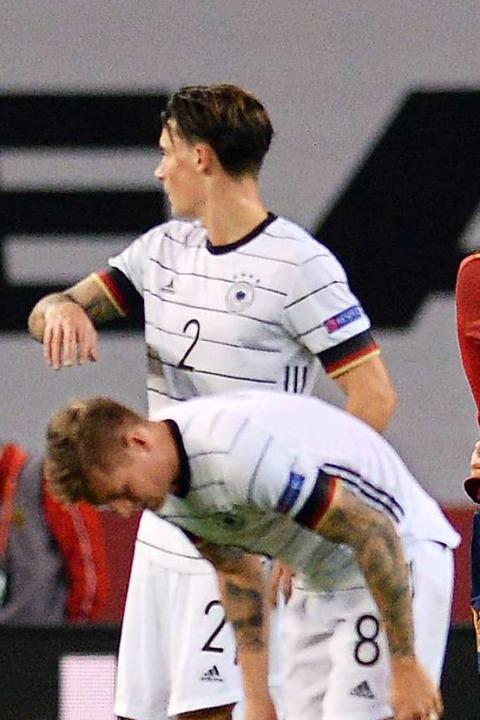 Enttäuscht und enttäuschend: Toni Kroos (8) und der Ex-Freiburger Robin Koch  | Foto: CRISTINA QUICLER (AFP)