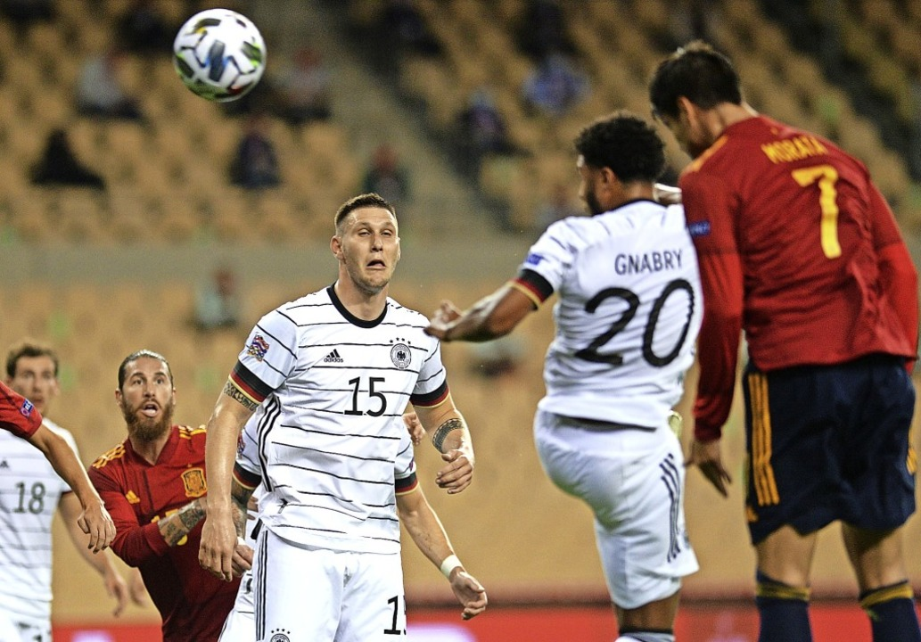 Der erste Streich:  Nach einem Eckball...pfballduell gegen Serge Gnabry leicht.  | Foto: CRISTINA QUICLER (AFP)