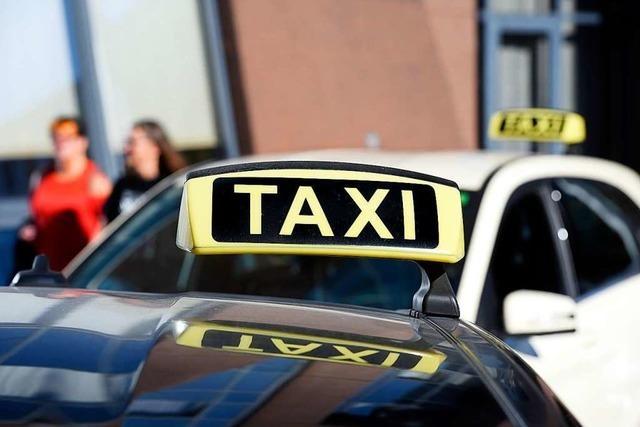 Taxifahrer streift entgegenkommenden Pkw und flüchtet