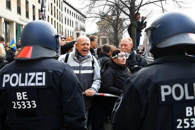 Festnahmen bei Corona-Protest in Berlin - Spahn wirbt um Vertrauen