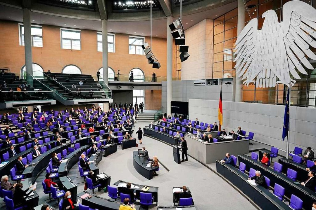 Im Bundestag wird die Neufassung des Infektionsschutzgesetzes diskutiert.  | Foto: Michael Kappeler (dpa)