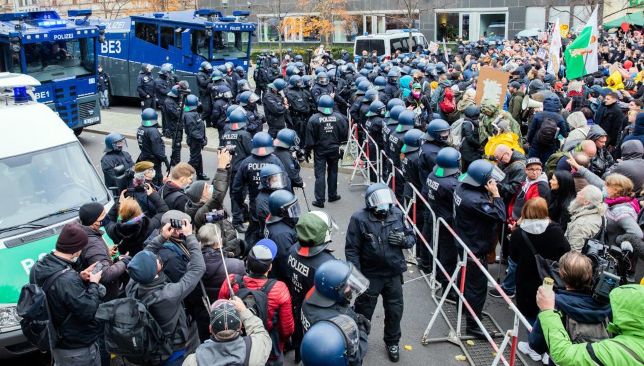 Wasserwerfer der Polizei stehen bei ei...enburger Tor und dem Reichstagsgebäude  | Foto: Christoph Soeder (dpa)