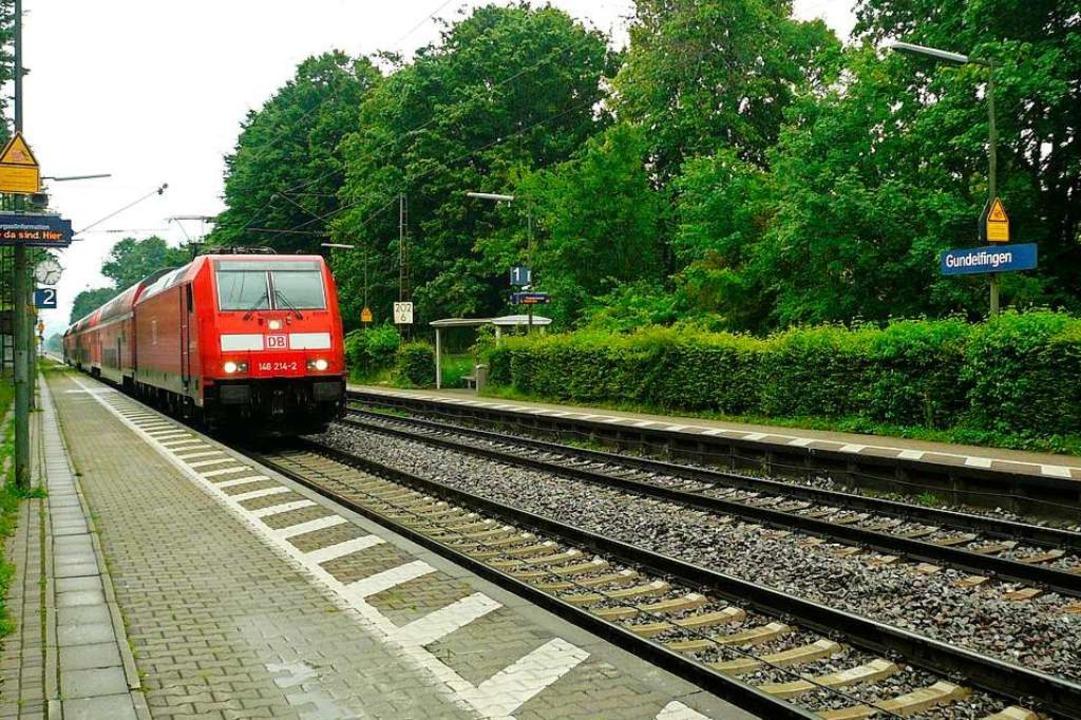 Jetzt halten die Regionalbahnen auch wieder am Gundelfinger Bahnhof.  | Foto: Nina Herrmann