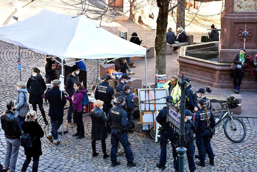 Die Polizei kontrolliert am Infostand ...ob die Maskenpflicht eingehalten wird.  | Foto: Thomas Kunz