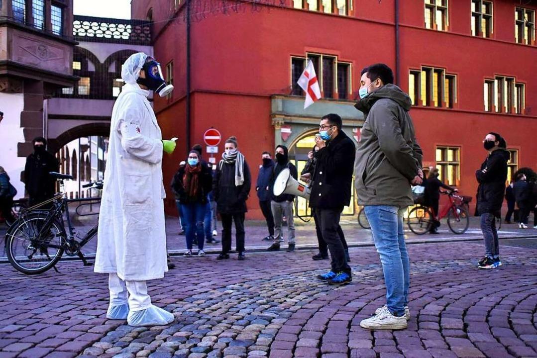 Die Gegendemo trifft auf einen kostümi...Kritiker des Infektionsschutzgesetzes.  | Foto: Thomas Kunz