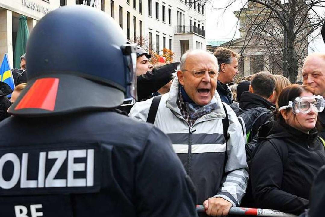 Teilnehmer einer Demonstration gegen d...ektionsschutzgesetzes verhandelt wird.  | Foto: Paul Zinken (dpa)