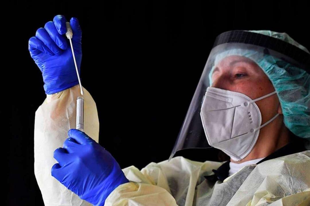 Innerhalb der vergangenen sieben Tage ...das Coronavirus getestet (Symbolbild).  | Foto: TOBIAS SCHWARZ (AFP)