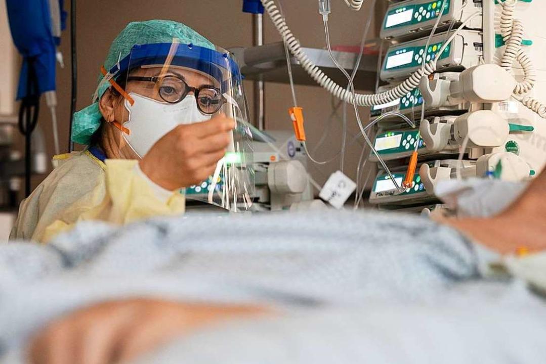 Ayse Yeter am Krankenbett  | Foto: Marijan Murat (dpa)
