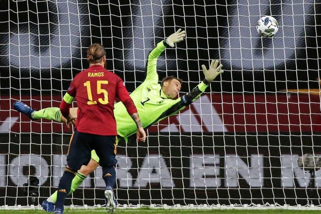 Deutschlands Torhüter Manuel Neuer kan...niens Álvaro Morata  nicht verhindern.  | Foto: Daniel Gonzales Acuna (dpa)