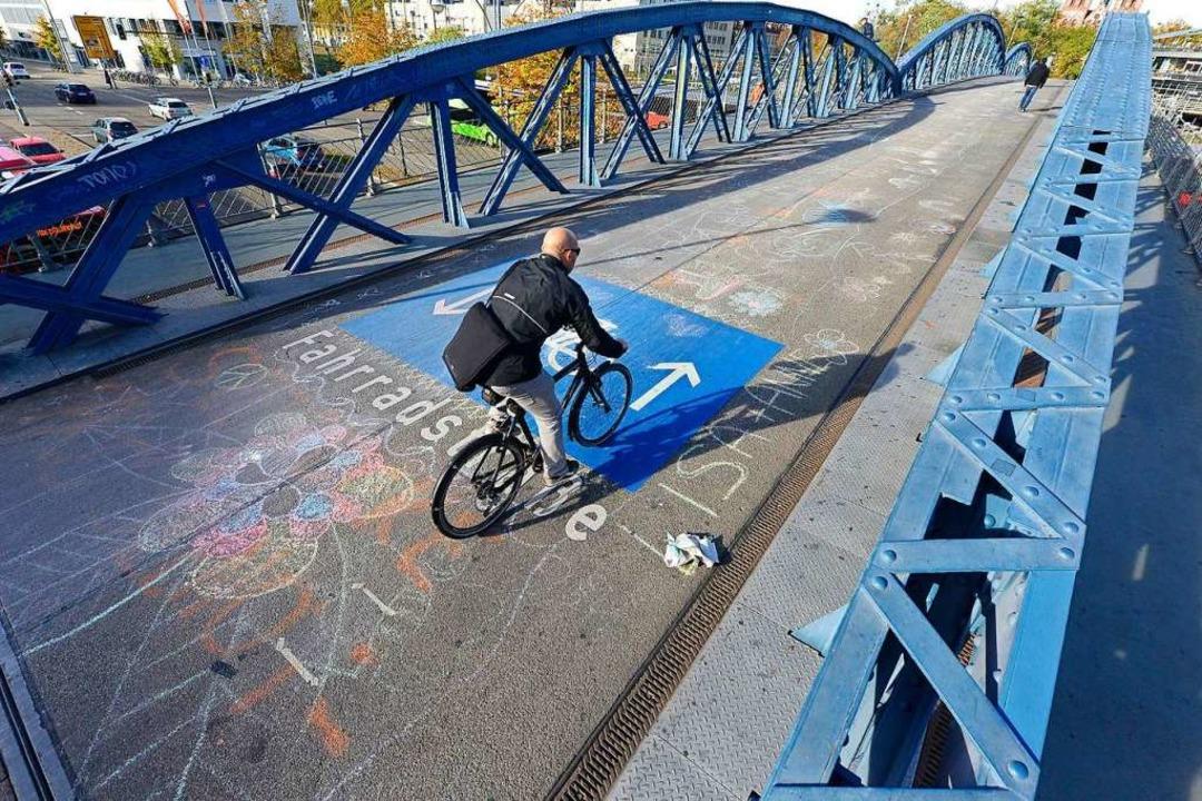 Die blaue Brücke ist Freiburgs Fahrrad..., die nun für Autos unterbrochen wird.  | Foto: Ingo Schneider