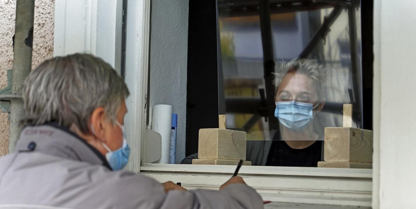 Die Wohnungslosen – wie auf dem ...line Maier  durch ein Fenster beraten.  | Foto: Verena Wehrle