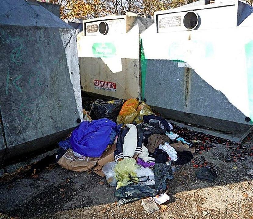 Müll zwischen den Glascontainern auf einem Teninger Parkplatz.  | Foto: Helmut Schundelmeier