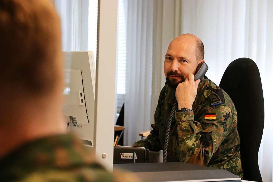 Feldwebel Thomas Hintz von der Deutsch...bereits bei der Kontaktnachverfolgung.    Foto: Markus Bayer