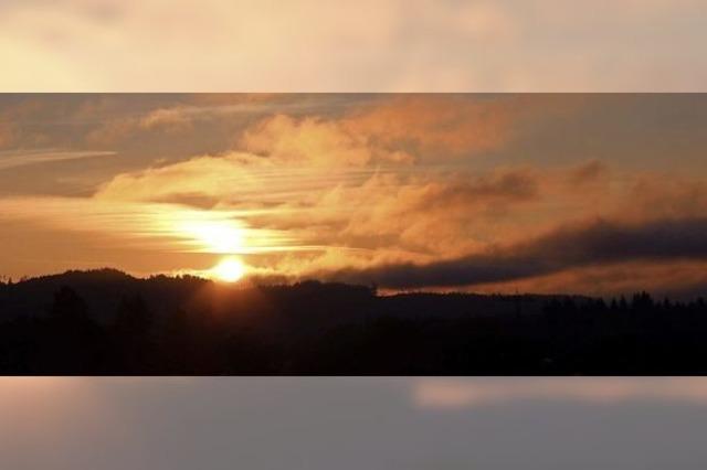 Ein traumhafter Anblick: Der Sonnenaufgang über den Dächern von Schwörstadt