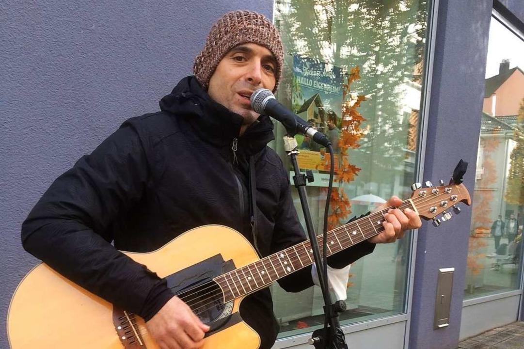 Straßensänger Fabrizio Sciandrini singt in  der Fußgängerzone von Bad Säckingen.  | Foto: Annemarie Rösch
