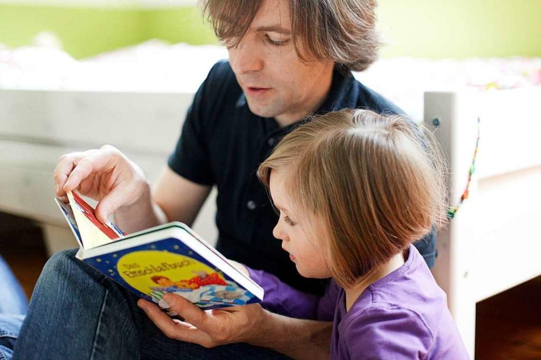 Gemeinsam eine Geschichte erfahren: Vater und Tochter beim Vorlesen  | Foto: Oliver Ruether