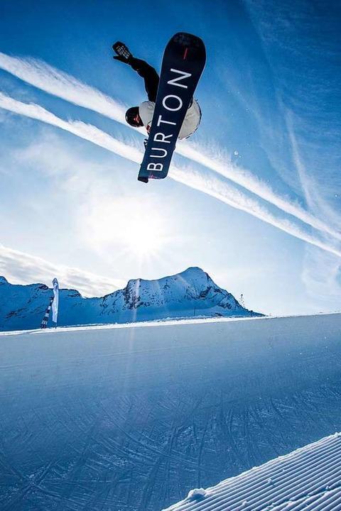 Dem Normalo wird flau im Magen: Benedikt Bockstaller hebt ab.  | Foto: Privat/Kitzensteinhorn Snowpark