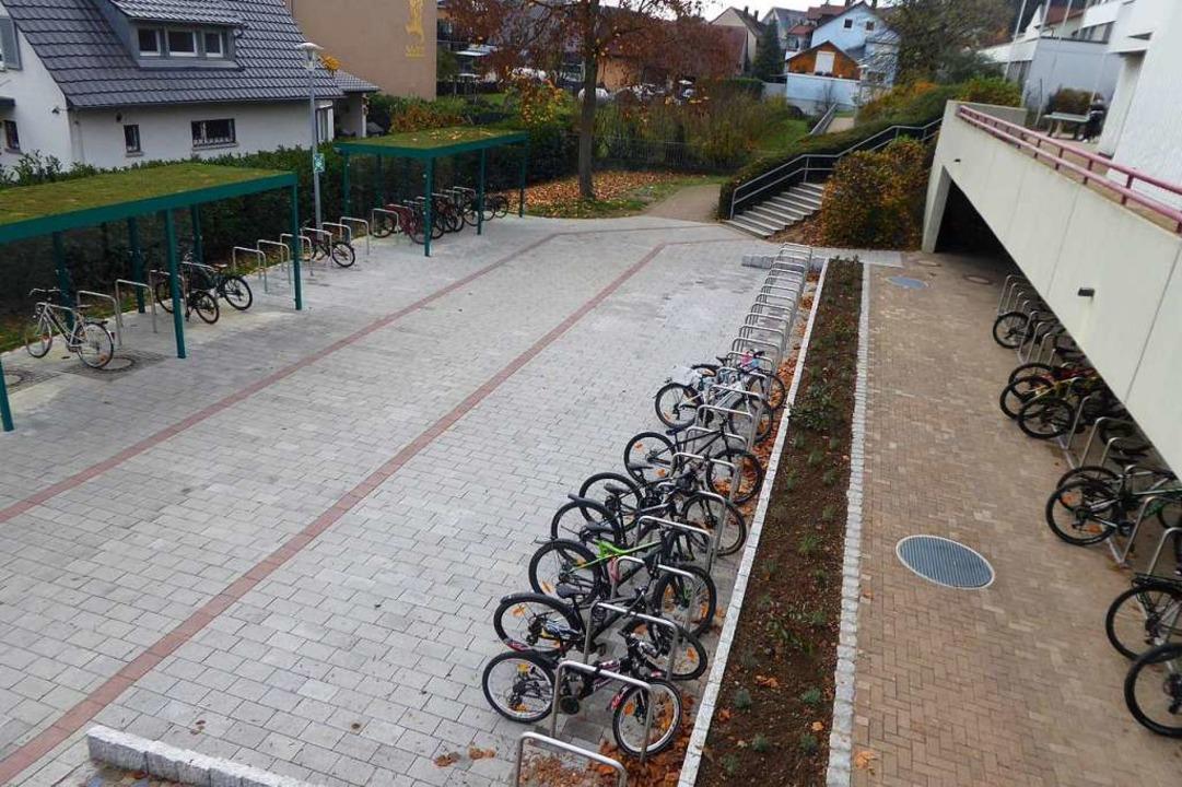 Die Zahl der Fahrradstellplätze bei de...änder ist mit einem Gründach versehen.  | Foto: Manfred Frietsch