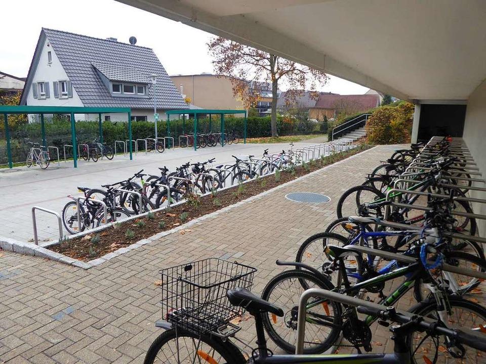 Die Zahl der Fahrradstellplätze bei de...lichen Anschließen aller Fahrradtypen.  | Foto: Manfred Frietsch