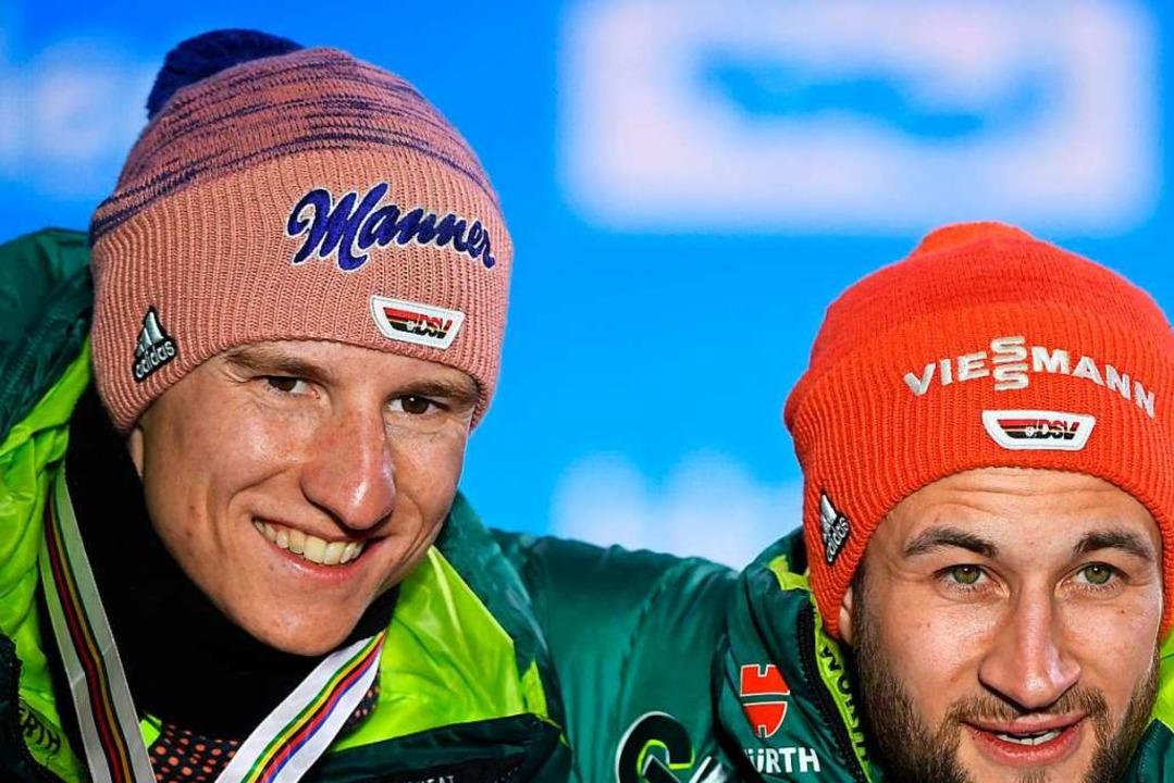 Im deutschen Team stehen die Top-Pring...kus Eisenbichler (l.) und Karl Geiger.  | Foto: Hendrik Schmidt (dpa)