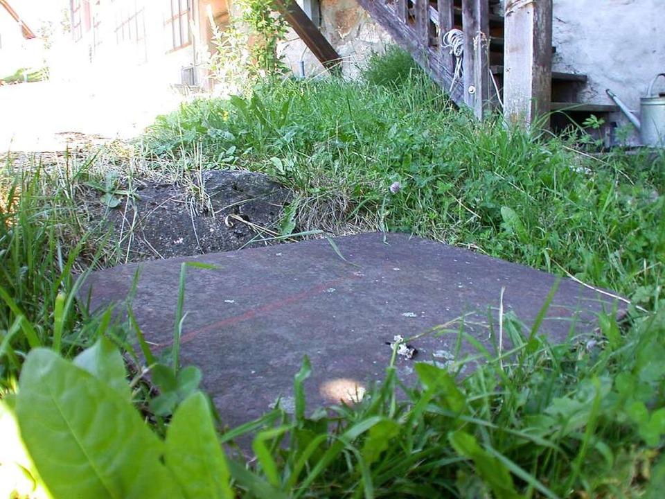 Die Quelle unter dieser Platte weist d...ge Geschehen in der Nähe ereignet hat.    Foto: André Hönig