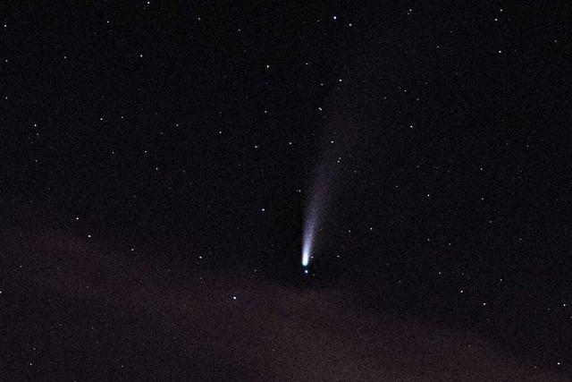 Komet Neowise zieht über die Burg Rötteln hinweg.