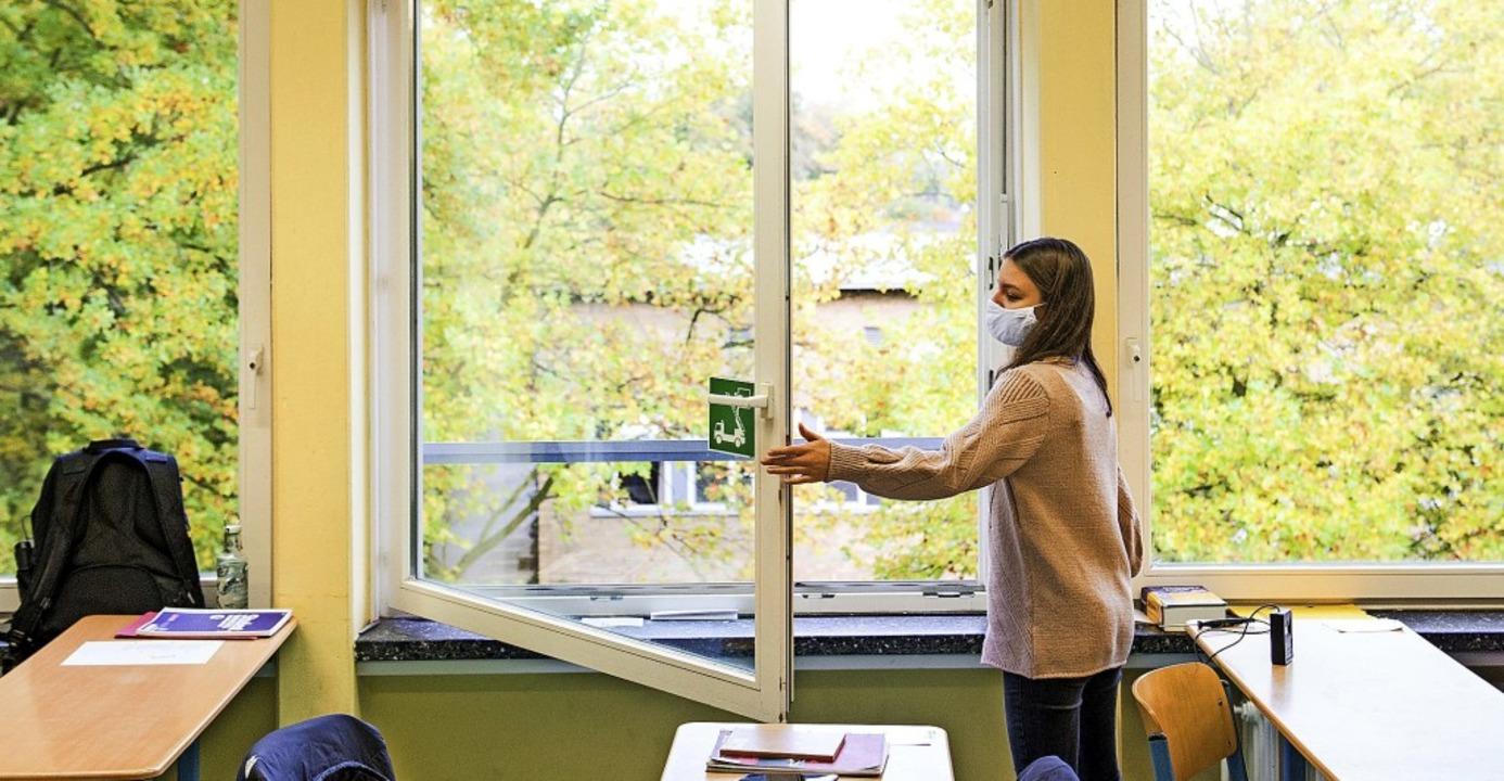 Lüften, wie hier in einer Schule in Ha...haffung von Luftfiltern ausgesprochen.  | Foto: Daniel Bockwoldt (dpa)