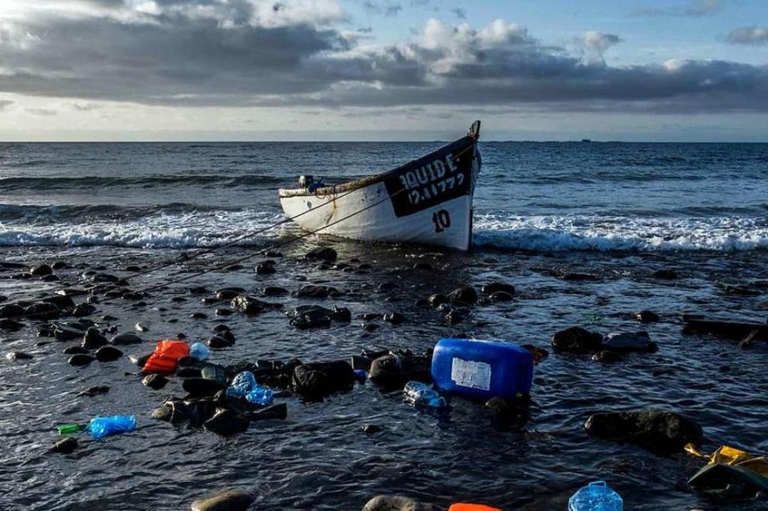 Eines der  Holzboote, mit denen Migran... an der Küste der Kanarischen Inseln.   | Foto: Javier Bauluz (dpa)
