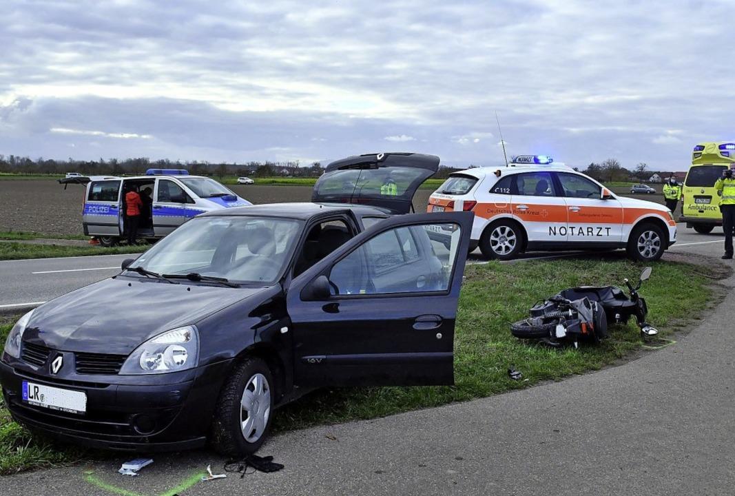 Bei dem Unfall auf der L104 musste der...er unter dem Auto hervorgeholt werden.  | Foto: Wolfgang Künstle