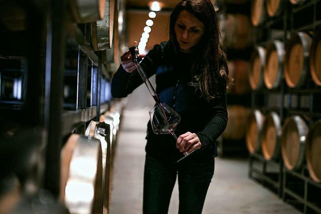 Sabrina Waßmer  mit einem Weinheber im Weinkeller in Bad-Krozingen    Foto: Weingut Martin Waßmer