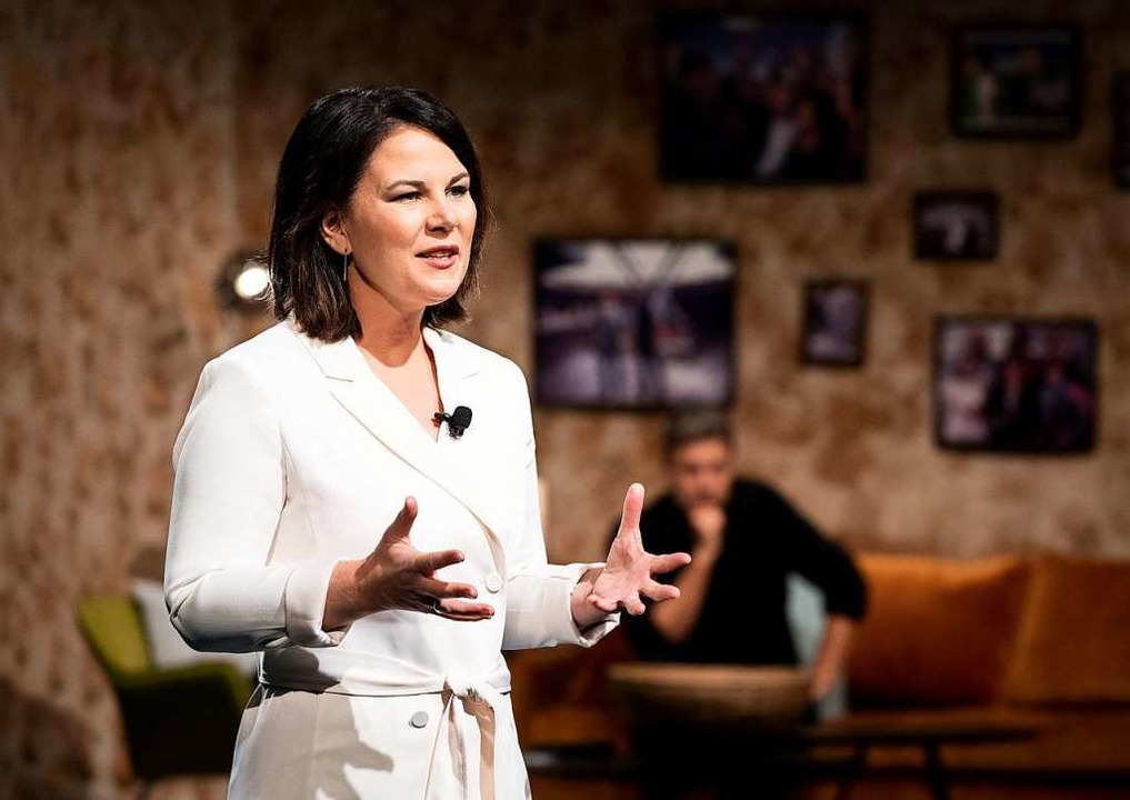 Annalena Baerbock hält beim digitalen ...itische Auftaktrede vor Robert Habeck.  | Foto: Kay Nietfeld (dpa)