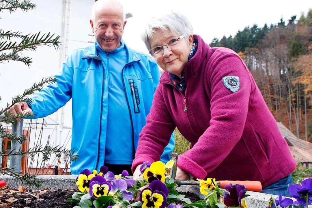 Franz und Rosemarie Kaspar lieben schö...t und pflegen die öffentlichen Beete.   | Foto: Heidi Fößel