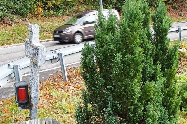 Die sogenannten Unfallkreuze werden von den Behörden geduldet